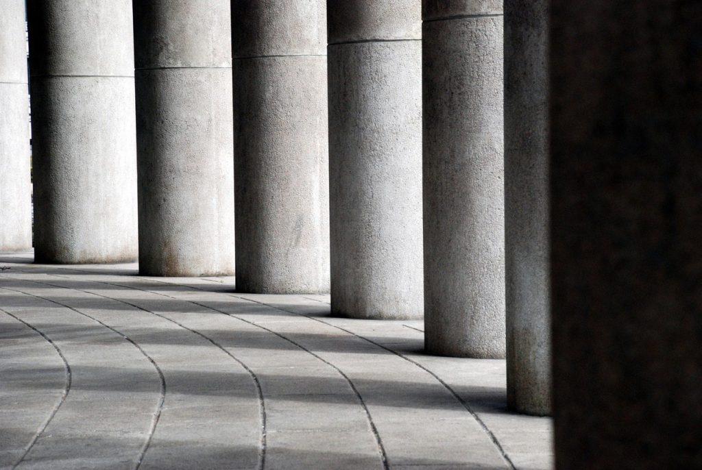 W jaki sposób współczesna architektura nawiązuje do antycznych budowli?